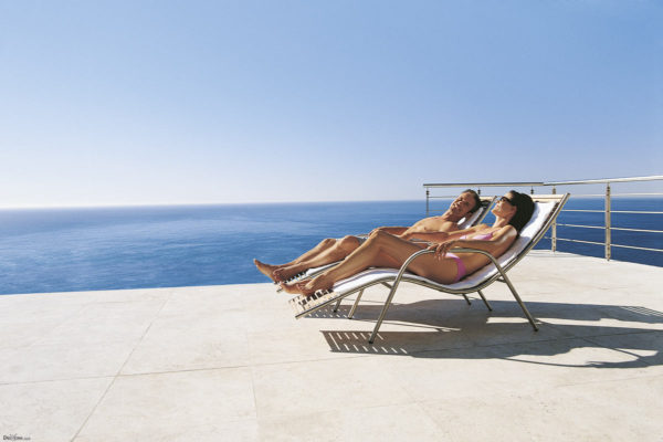 Лежать под солнцем