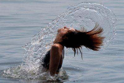 Девушка купается