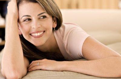Счастливая женщина в постели