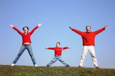 Семья делает зарядку на природе