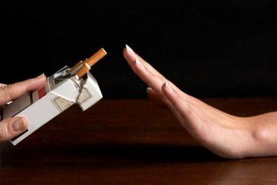 Отказывается от курения