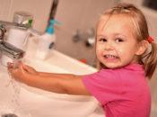 Дети с грязными руками во рту