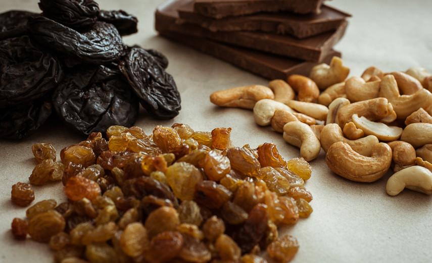 Сухофрукты, орехи, черный шоколад