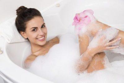 Девушка принимает ванну