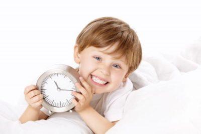 ребенок с будильником