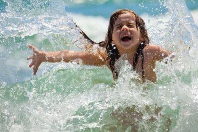 Ребенок играет в водоеме