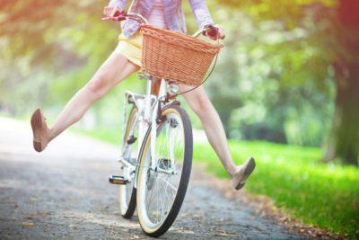 Девушка едет на велосипеде