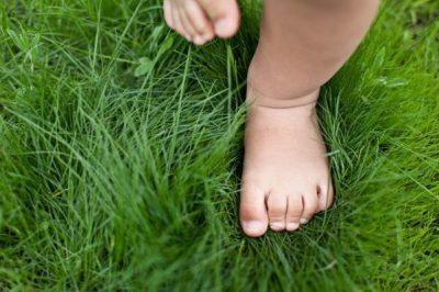 Ребенок идет по траве