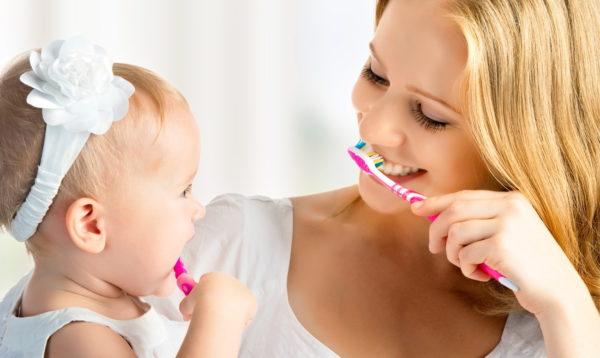 Маленький ребенок чистит зубы